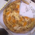 Pizza Strandfieber. Mit lieblicher CaP Honig-Senf Sauce, Edamer, Hänchenbrust, Mozzarella und süßen Mandarinen belegt ein echter Klassiker im Sommer.